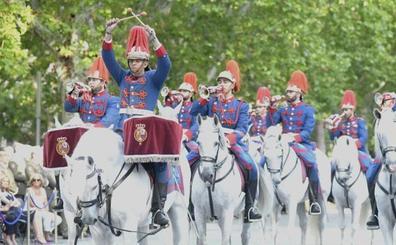 El arma de Caballería festeja a su patrón con un desfile de la Guardia Real en Recoletos