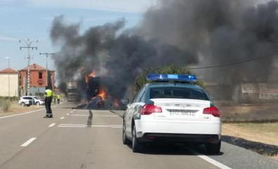 Arde un camión de paja en la localidad vallisoletana de Villalón