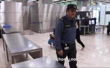 Registran la casa en Arganza del guardia civil detenido por dejar pasar maletas con cocaína en Barajas