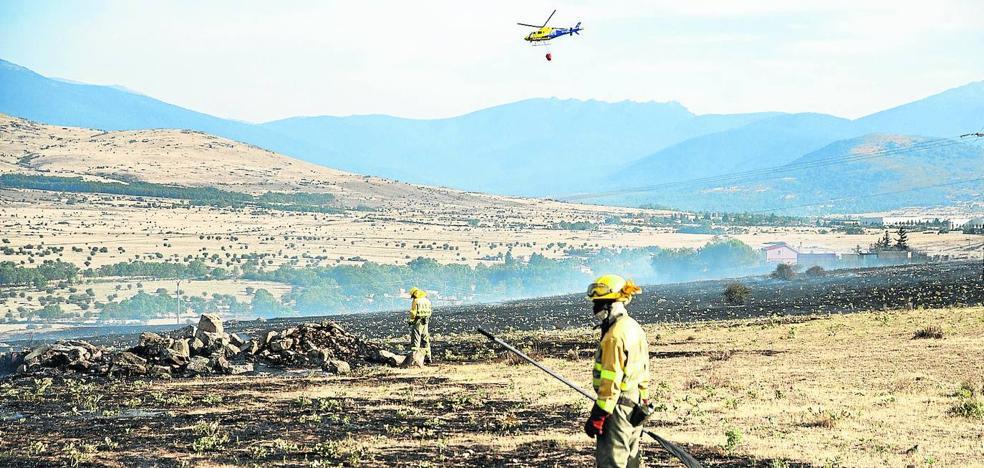 El fuego arrasa 18 hectáreas y llega a las puertas de Torrecaballeros