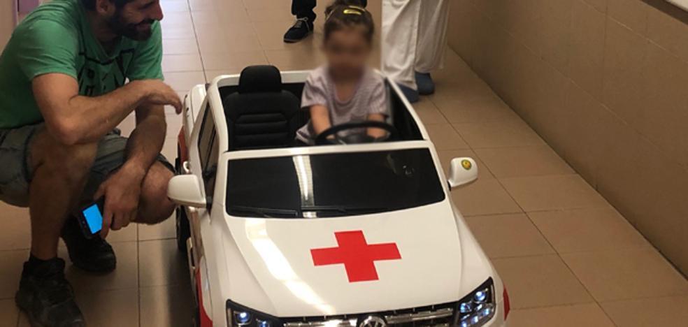 Un coche eléctrico para hacer más llevadero a los niños el trayecto hasta el quirófano en Burgos