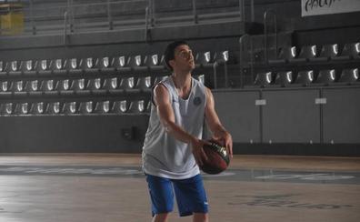 El exjugador del Palencia Baloncesto Dani Pérez entrena en el Pabellón Municipal