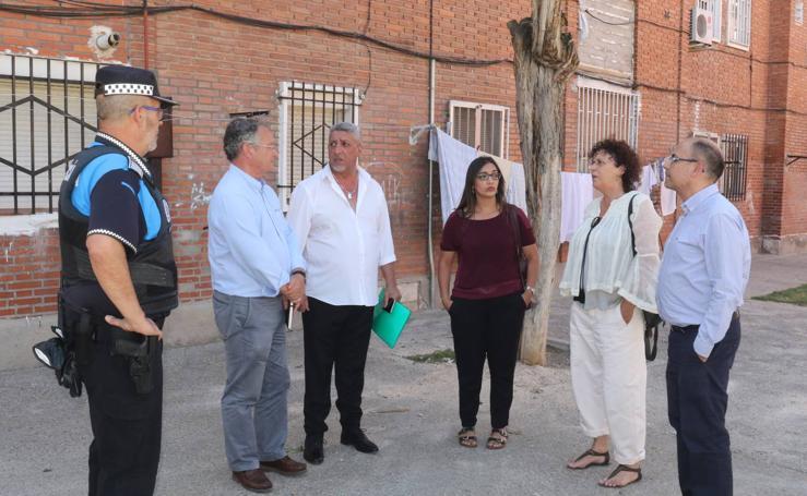 Visita de los Concejales a las viviendas de Aramburu con el Mediador Gitano, Esteban Jimenez