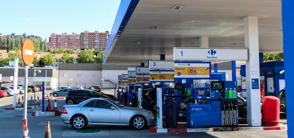 El precio de los carburantes da un leve respiro a los conductores en plena salida de agosto