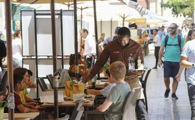 El frenazo del sector servicios en pleno verano alerta a patronales y sindicatos