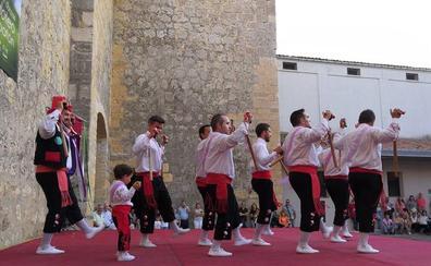 Torrelobatón celebra su pasión por las danzas de paloteo y rinde homenaje a los veraneantes