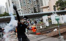Avenidas cortadas, choques con la Policía y más de 200 vuelos cancelados en la huelga general de Hong Kong