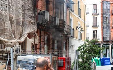 El denso humo de un generador causa alarma entre los vecinos y comerciantes del centro de Valladolid