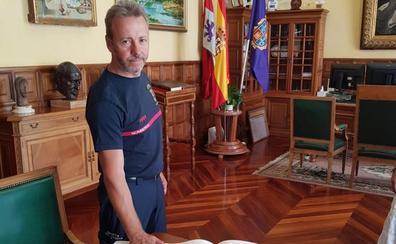 Javier Villena, jefe de intervención del parque de Bomberos: «La provincia debería estar cubierta por bomberos profesionales»