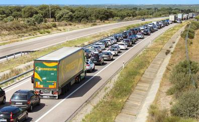 Varios kilómetros de retenciones de vehículos en Fuentes de Oñoro