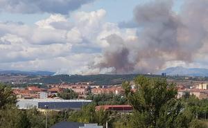 La Junta activa el nivel 2 en un incendio forestal en la N-630 en Sariegos (León)
