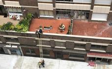 Los bomberos rescatan a una mujer de su terraza en Valladolid capital
