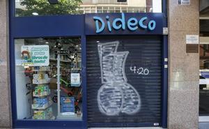 Tres jóvenes dejan un reguero de pintadas en locales de la calle Veinte de Febrero de Valladolid