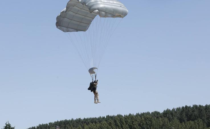 Exhibición de paracaidistas del ejército en Villamuriel de Cerrato