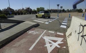 Sorprendidos varios ciclistas en Valladolid tachando señales para favorecer su circulación