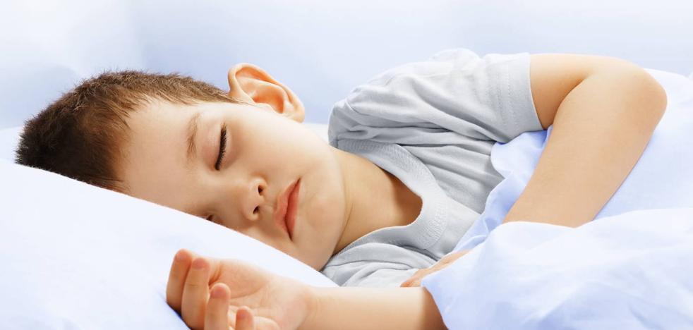Cómo actuar cuando su hijo moja la cama
