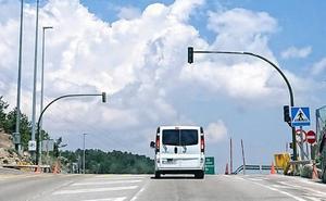 Madrid da el primer paso para regular el tráfico en Navacerrada con semáforos