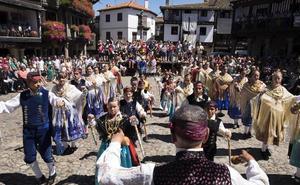 Los albercanos muestran sus mejores galas en un Diagosto de nuevo multitudinario