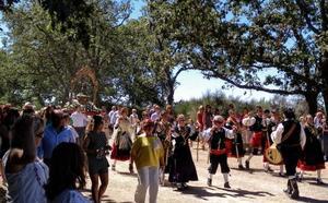 Bailes para la Virgen del Robledo en un día de emociones contenidas en Sequeros