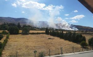 Controlado un incendio en Otero de Herreros que amenazaba la AP-61 y una subestación eléctrica