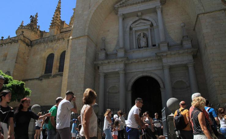 El puente festivo llena de turistas Segovia