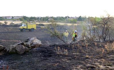 Un incendio de pastos junto a la N-110 en Torrecaballeros dificulta el tráfico