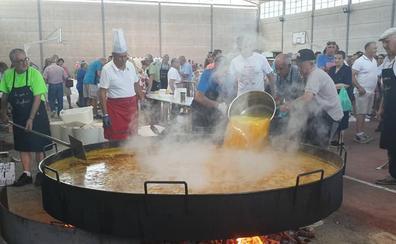 Los mayores de Linares de Riofrío elaboran una paella para 1.200 personas