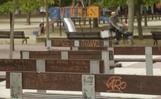 Pintadas, farolas rotas y malas hierbas ensucian Prado de la Magdalena en Valladolid