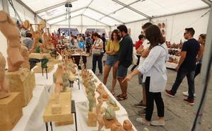 Menos salmantinos y más turistas se acercan a la Feria del Barro en Anaya