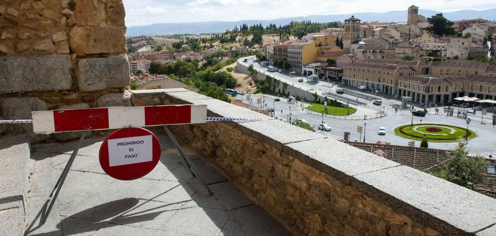 La caída de varias piedras del muro obliga al cierre temporal del mirador del Postigo, junto al Acueducto