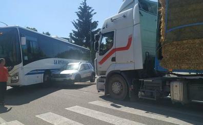 Un turismo y un autobús de línea regular colisionan en Dueñas