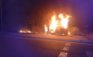 Choca contra una señal de tráfico, se incendia el vehículo y se da a la fuga en Valladolid