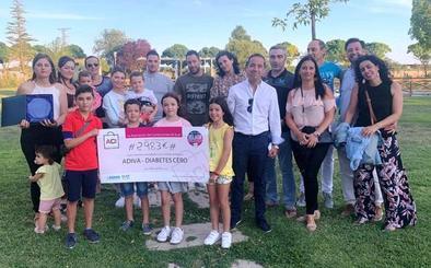 Los comerciantes de Íscar entregan a Adiva la recaudación de la velada solidaria de junio