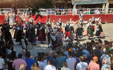 Un treintena de danzarines y ramajeras de Cepeda arropan a San Bartolomé en su festividad