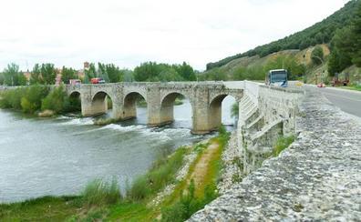 La Junta accede y limpiará el entorno del puente de Cabezón tras dos años de peticiones
