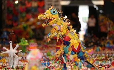 Un parque jurásico de juguetes desechados para concienciar contra el plástico