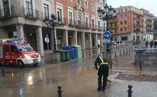 La tromba de agua inunda calles, plazas y garajes y motiva numerosas llamadas a los bomberos