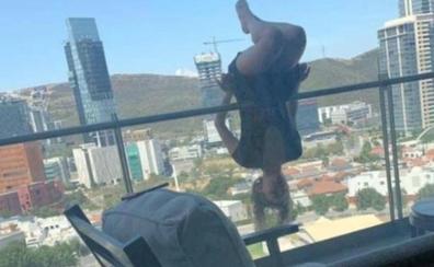 Una joven cae de un quinto piso mientras practicaba «yoga libre» en el balcón