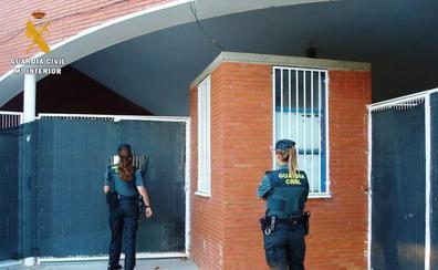 Detenidos siete jóvenes, seis de ellos menores, por robar en el bar de las piscinas de Villamuriel