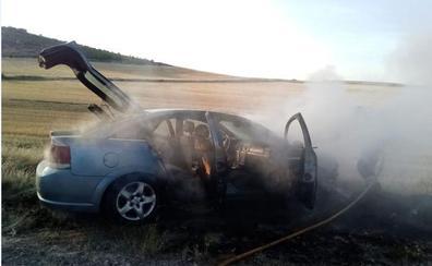Los bomberos sofocan las llamas de un vehículo que empezó a arder en Quintanilla de Arriba