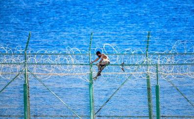 153 inmigrantes saltan la valla de Ceuta para entrar en España