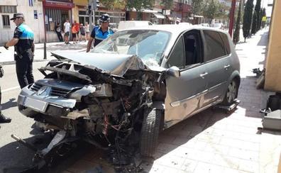 Un hombre herido al chocar su vehículo contra un semáforo y la tapia del acuartelamiento de la Carretera Rueda