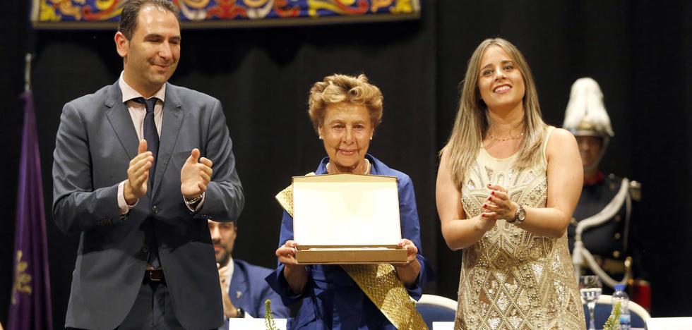 La presidenta de Gullón recibe emocionada la Banda de la Mujer Palentina