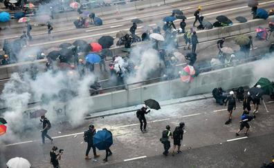 Manifestantes hongkoneses derriban las barreras que protegen el Parlamento