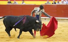 El inicio de la feria de Palencia, marcado por la falta de fuerza de los toros y por la cogida a Ureña