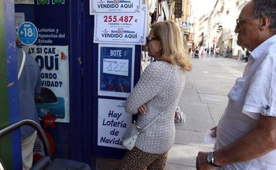 Los turistas tientan en Segovia al gordo de Navidad en los meses de verano