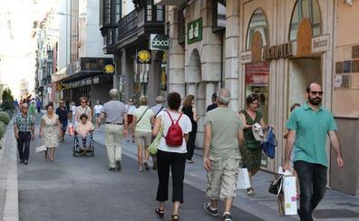 Los comercios de la calle Regalado sacan a la calle su stock desde el miércoles