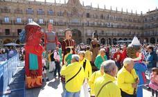 Gigantes y Cabezudos toman la Plaza Mayor de Salamanca
