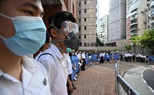 Los estudiantes de Hong Kong forman una cadena humana en varios distritos tras otro fin de semana de protestas