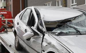 Un coche sufre importantes daños al chocar contra una camioneta aparcada en Palencia